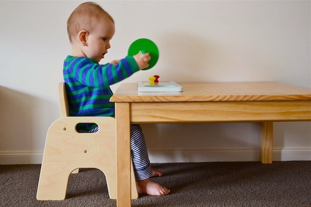 Working sitting standing at his table how we montessori for Toddler sitting chair